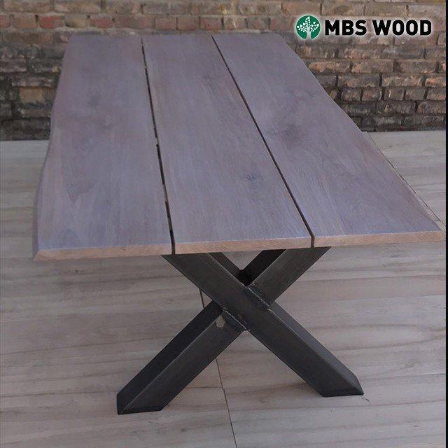 Stół z 3 desek z metalowymi nóżkami