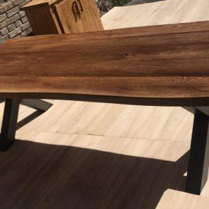 stół z litego dębu na ulicy