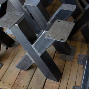 małe metalowe nogi do niepowlekanych stołów