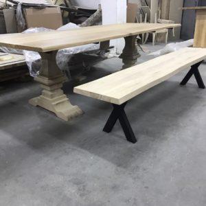 Drewniana ławka z metalowymi nogami