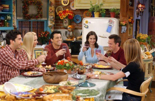 Aktorzy z serii przyjaciół przy stole