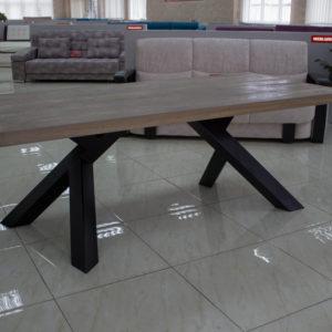 nowoczesny stół z drewna regenerowanego