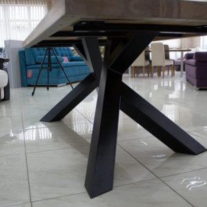 rustykalny stół z metalu i drewna