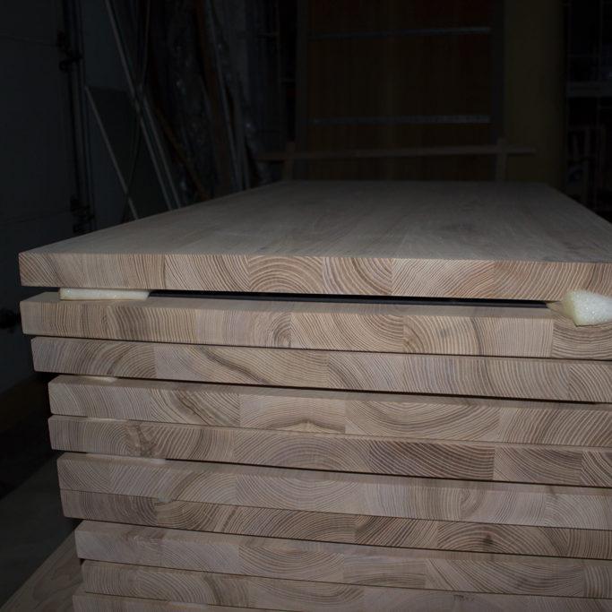 Stos drewnianych blatów z naturalnego drewna dębowego