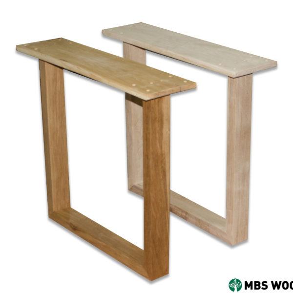 Drewniane nogi do stołu jadalnego pokryte czystym olejem